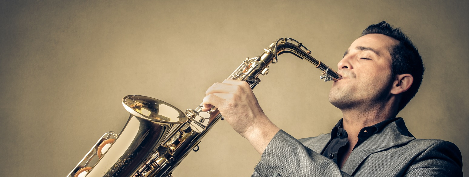 musiker-mit-saxophon_quer